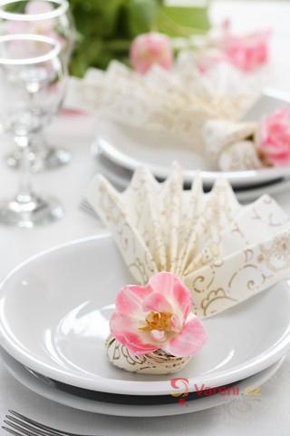Příprava sváteční svatební tabule