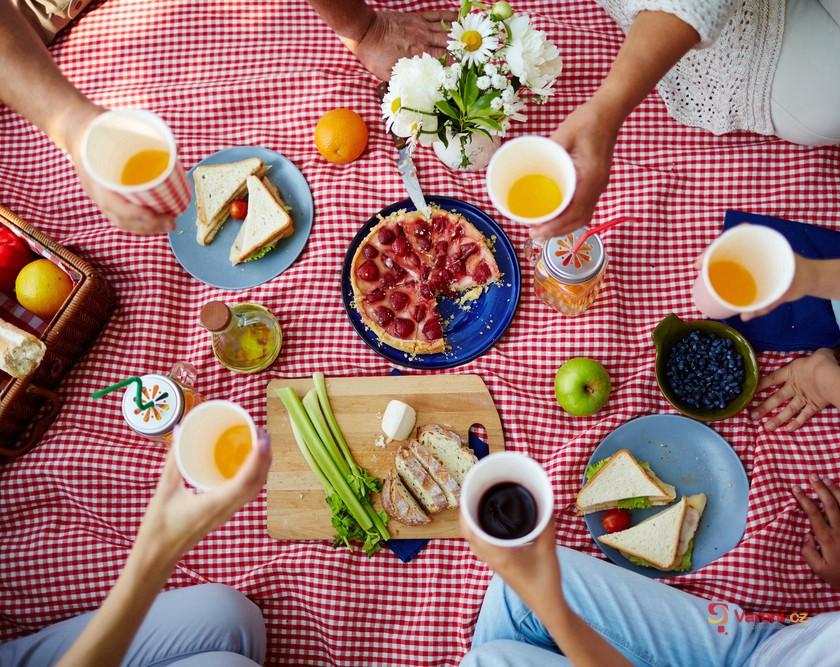První jarní sluníčko láká do přírody: Připravte se na jarní piknik!