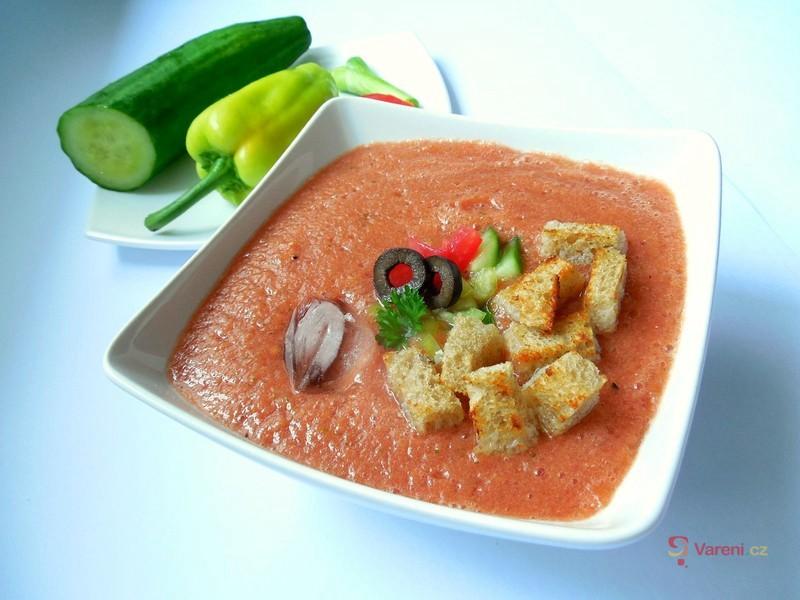 Studená polévka gazpacho, která v parném létě skvěle osvěží
