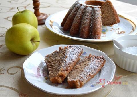 Víkendové pečení: Úžasně vláčná jablková bábovka s ořechy