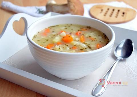 Polévka je grunt: Recept na výbornou bramboračku s houbami krok za krokem