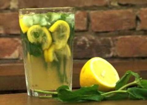 Videorecept: Namíchejte skvělé a levné mojito z máty a citronu