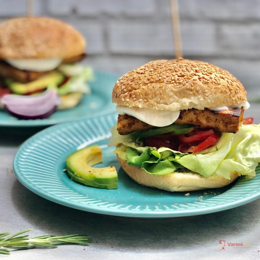 Rozpalte gril: Bezmasý burger s marinovaným tofu krok za krokem