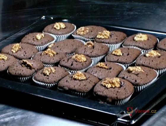Teplé čokoládové dortíčky s vlašskými ořechy