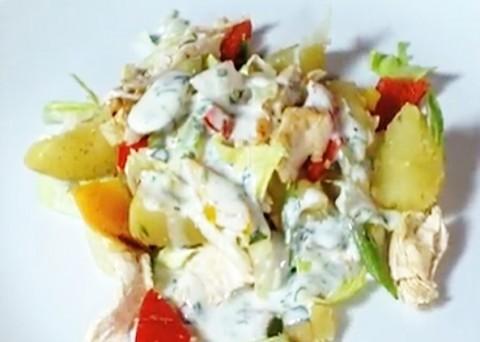 Videorecept na zdravý oběd: Ledový salát s novými bramborami a kuřecím masem