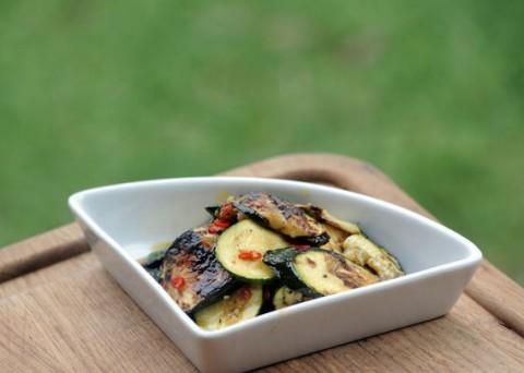 Videorecept: Grilované smetanové brambory a cuketový salát