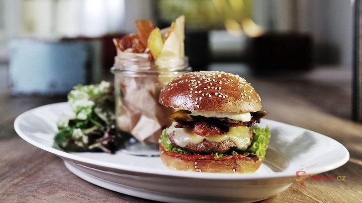 Tip na lepší burger: Do masa přidejte kostku másla