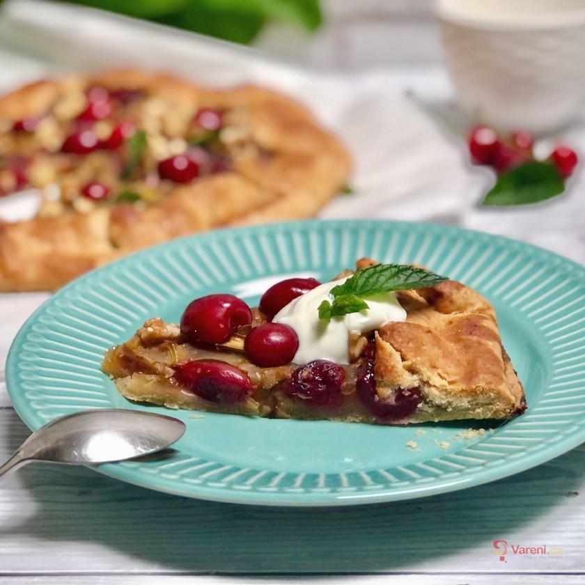 Spojení chutí, které vás bude bavit: Upečte křehký rebarborový koláč s třešněmi