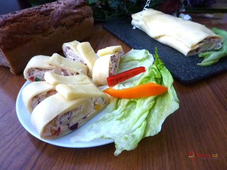 Výborný recept na jakoukoli oslavu: Sýrová roláda krok za krokem