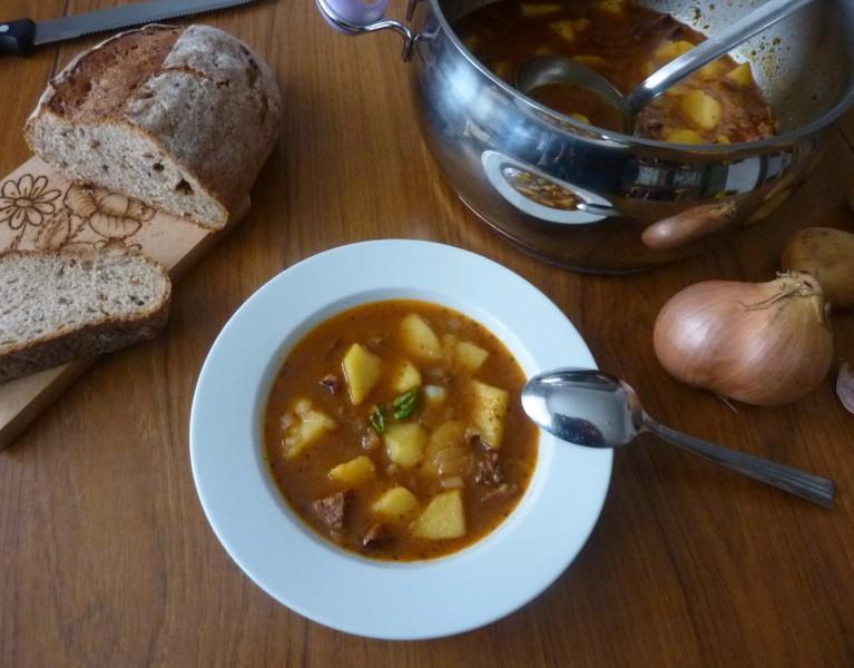 Recept na bramborový guláš s klobásou krok za krokem