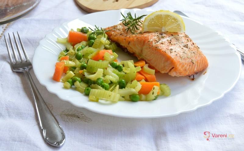 Místo kapra losos? Zkuste ho v této zdravější úpravě - recept na pečeného lososa se zeleninou krok za krokem