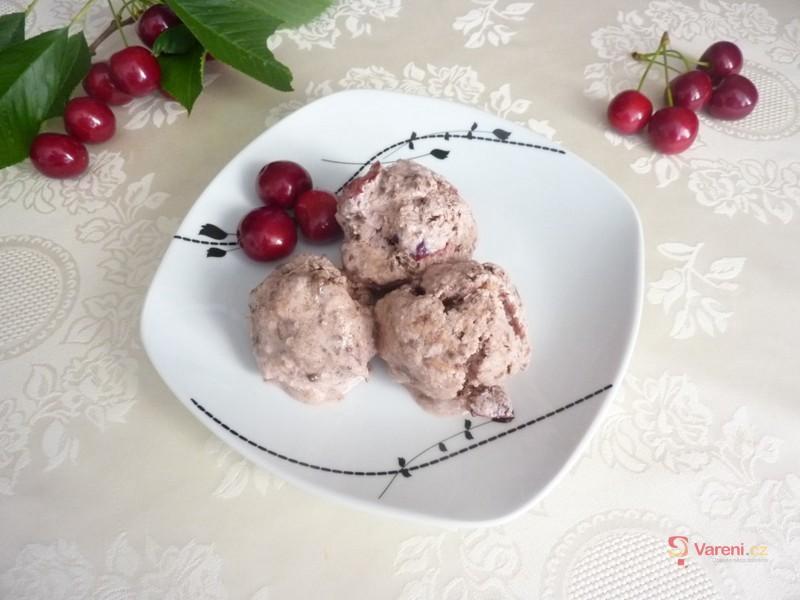 Recept na třešňovou zmrzlinu s kousky čokolády krok za krokem