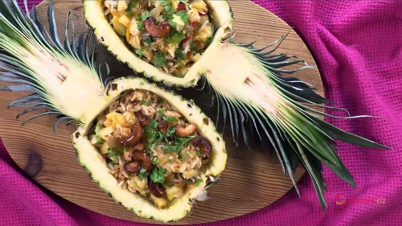 Videorecept: Snadná a rychlá večeře z cukety, rýže a ananasu