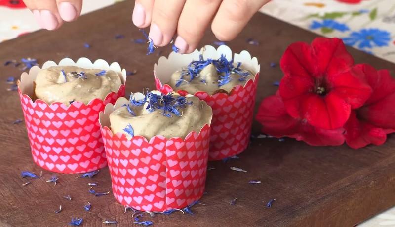 Videorecept: Pohankové muffiny s ořechy a polevou tahini. Zdravé mlsání, které si můžete dopřát bez výčitek!