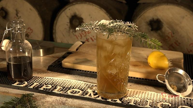 Videorecept: Slavnostní vánoční drink s rumem a perníkem