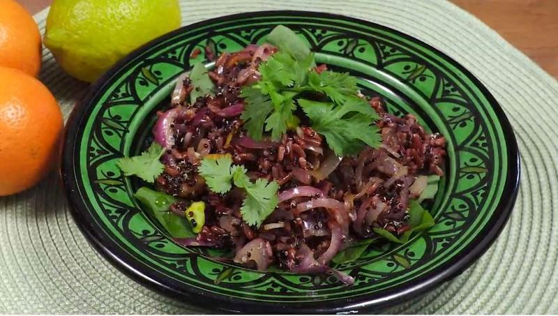 Chcete začít jíst zdravěji? Se salátem z červené rýže a quinoy nešlápnete vedle