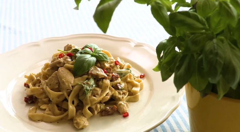Videorecept: Báječné domácí těstoviny s pestem a kuřecím masem