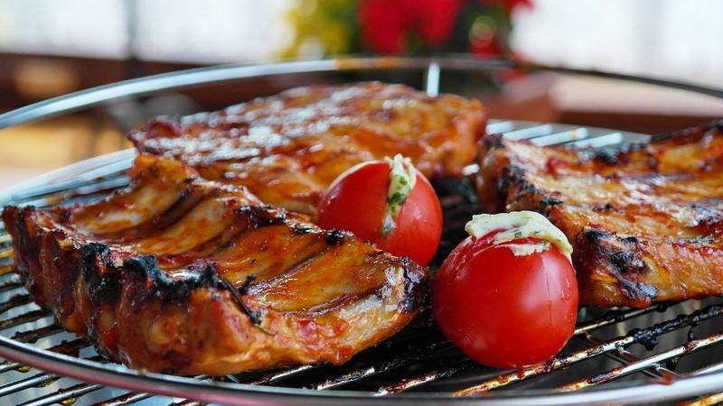 Sváteční grilování: 10 masových receptů, kterými okouzlíte každou návštěvu