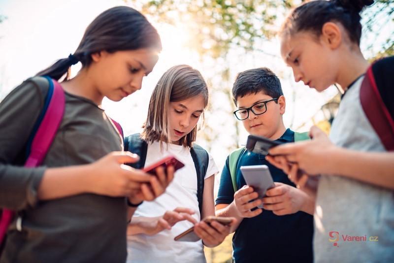 Školáci versus mobily a peníze: Kdy je ten správný čas na kapesné a pořízení telefonu