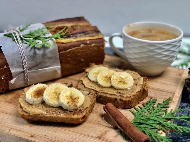 Jak zužitkovat zralé banány? Banánový chlebíček s arašídovým máslem je skvělou volbou
