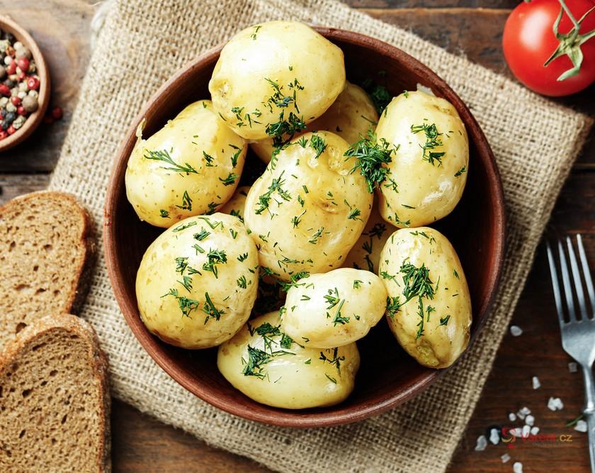 Inspirace na celý týden: Rychlé recepty z nových brambor, zeleniny a bylinek