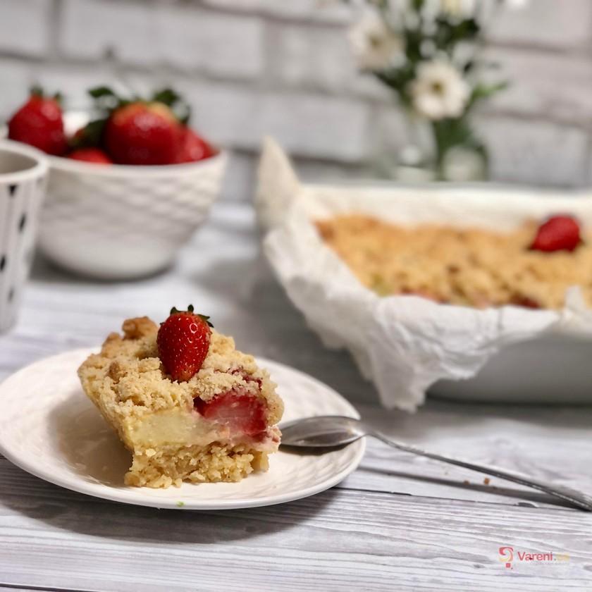 Drobenkový koláč s jahodami a rebarborou krok za krokem