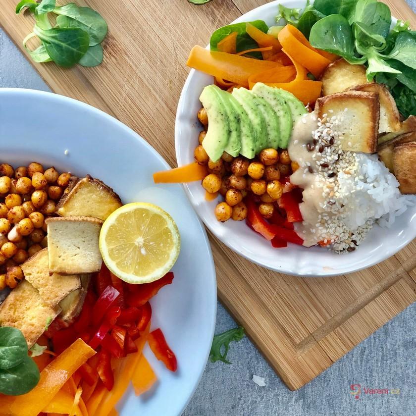 Zeleninová bowl s uzeným tofu a cizrnou