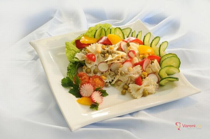 Těstovinový salát s ředkvičkami a jogurtem