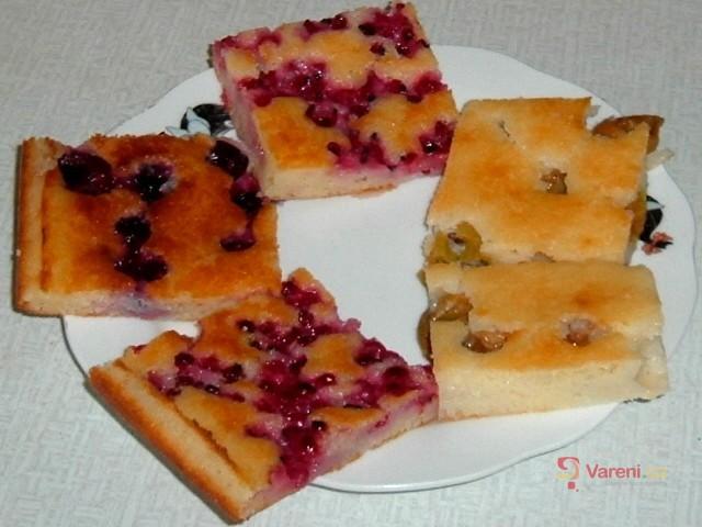 Jogurtový koláč s letním ovocem