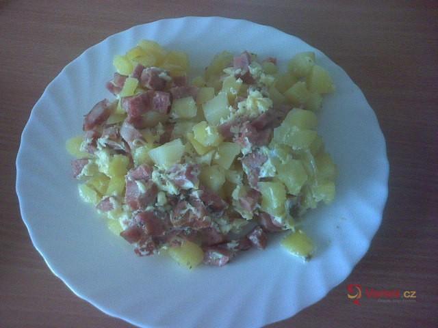 Zapékané brambory s kabanosem