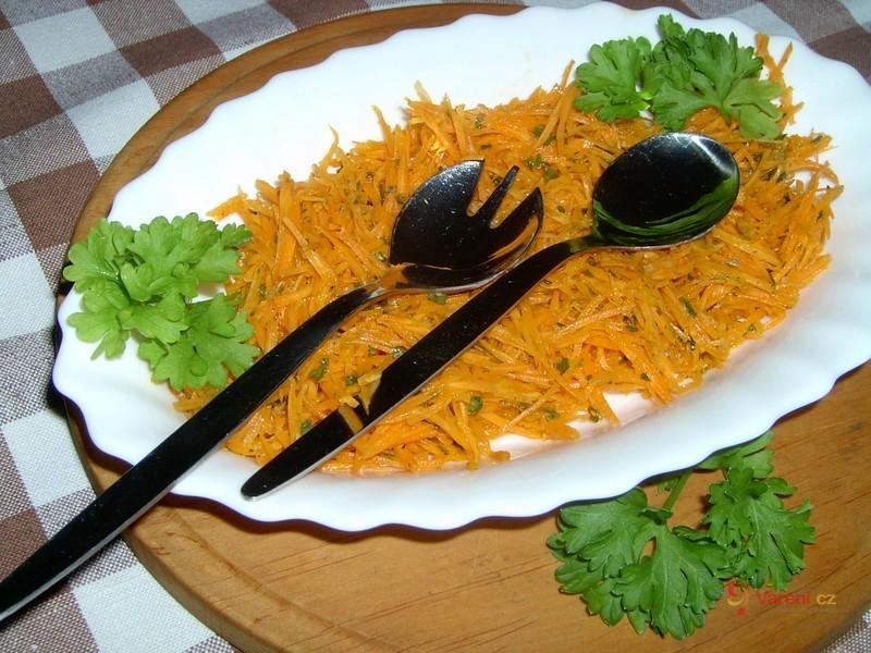 Mrkvový salát s cibulí a petrželkou