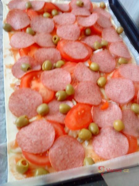 Pestrá pizza z listového těsta