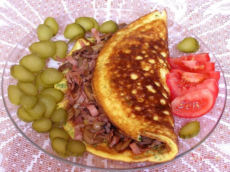 Vaječná omeleta plněná šunkou a žampiony