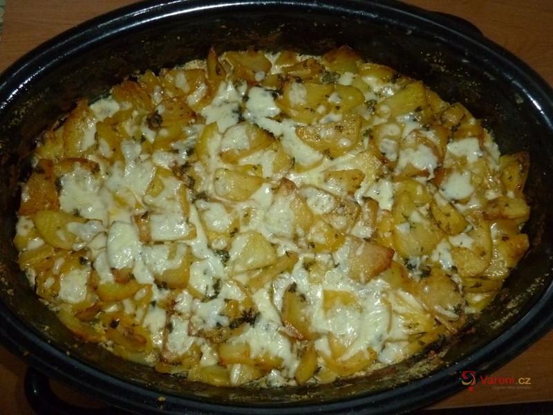 Zapečená cuketa s brambory a uzeninou