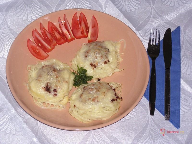 Špagetová hnízda s mletým masem