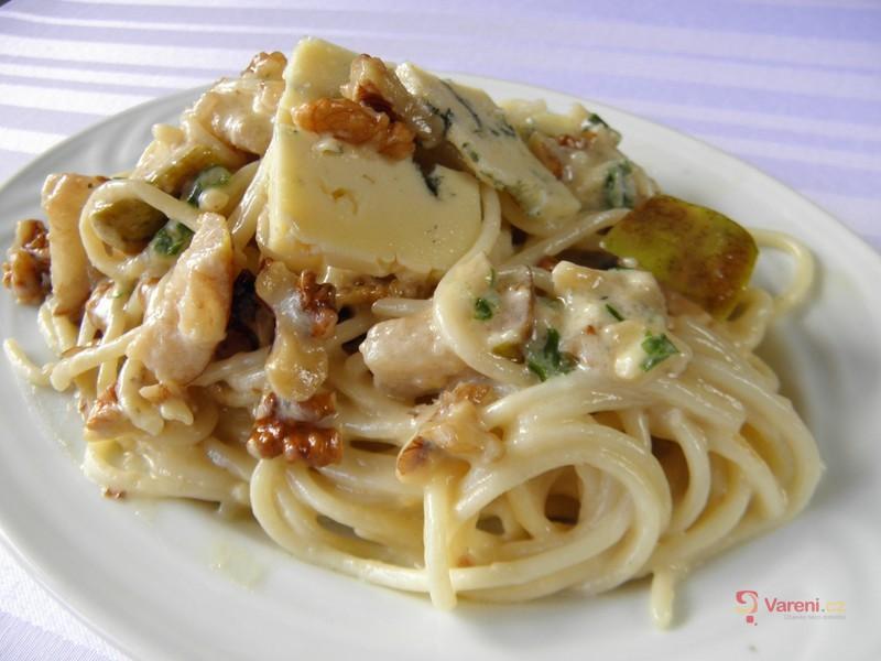 Špagety se sýrem a hruškou