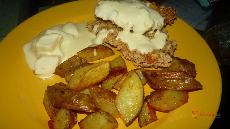 Kuřecí řízek s brambory a omáčkou