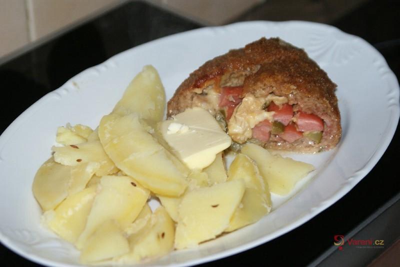 Roláda z mletého masa s párkem a hermelínem