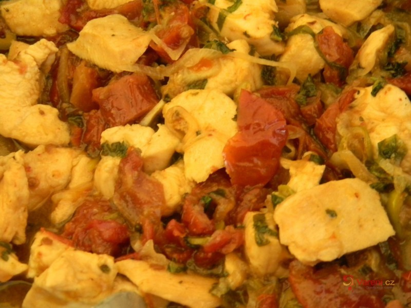 Krůtí nudličky s olivami a sušenými rajčaty