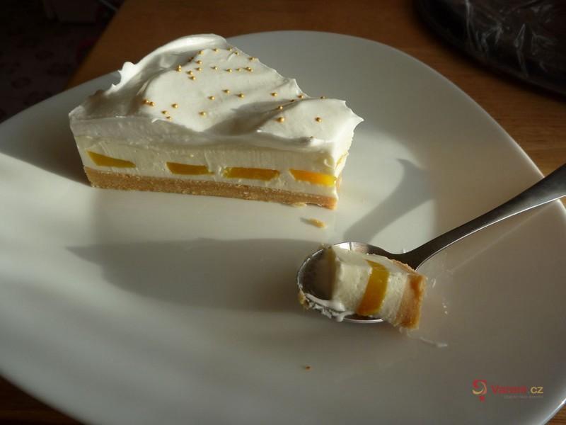 Nepečený dort s broskvemi