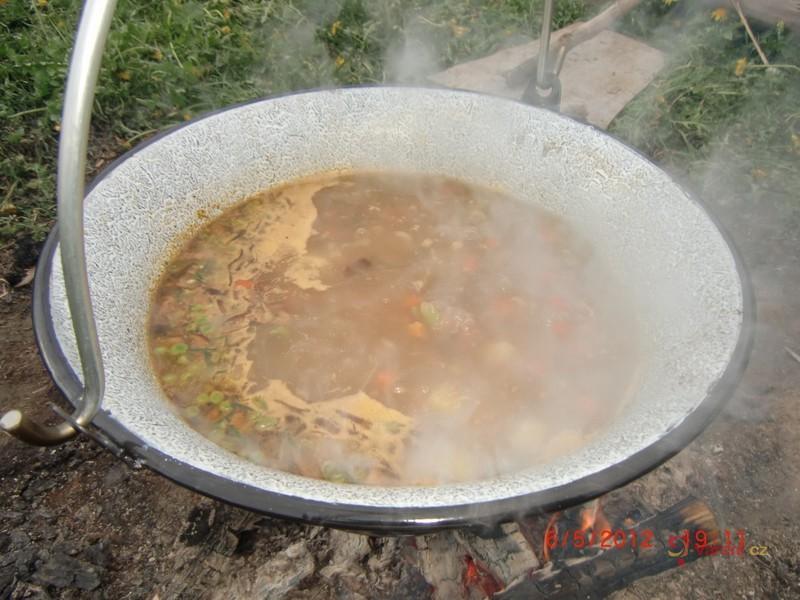 Čočková polévka na ohni