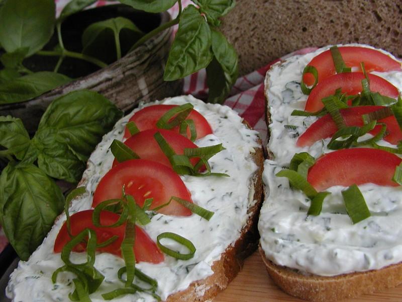 Chleba s bazalkovým tvarohem