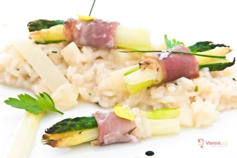Chřest pošírovaný v máslové emulzi s tyrolským špekem na rizotu z bílého chřestu