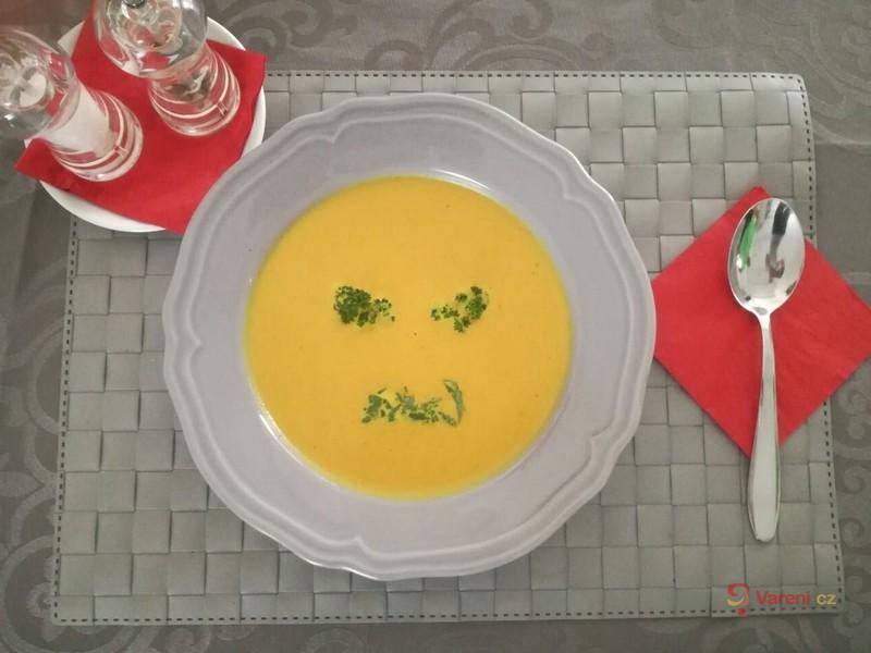 Mrkvová polévka s kari