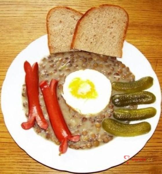 Čočka s párkem, vejcem a okurkou