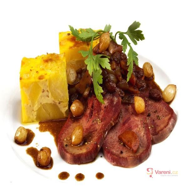 Uzený hovězí jazyk s omáčkou a bramborovým nákypem