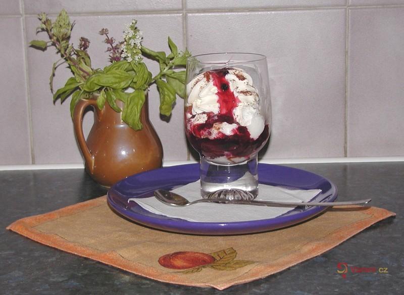 Zmrzlinový pohár s horkou ovocnou polevou