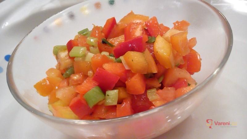 Svěží zeleninový salát s cibulkou
