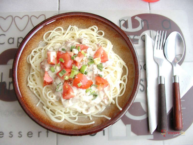 Špagety se slaninou a nivou