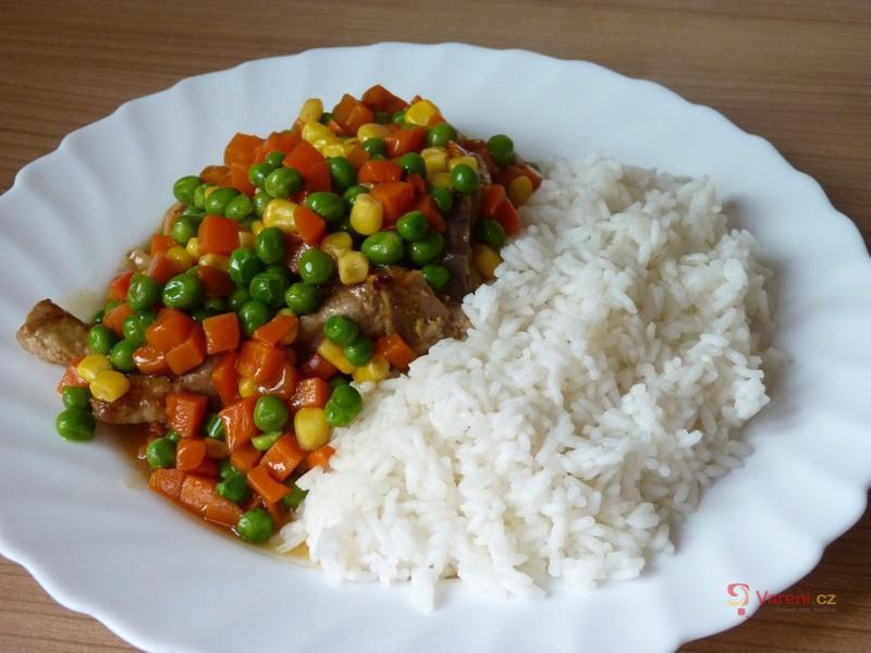 Pikantní kotlety v barevné zelenině